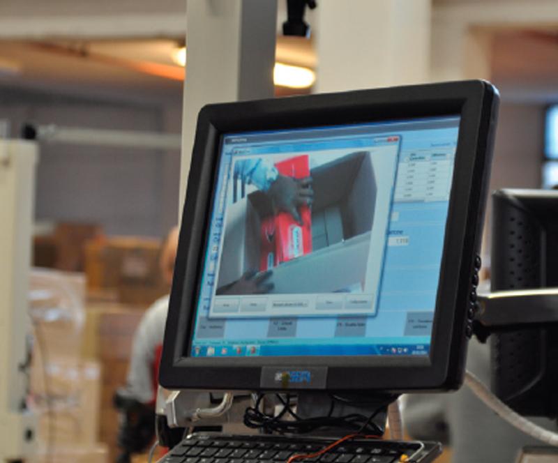 Ogni singolo cartone viene ripreso da una webcam che conserva l'immagine del contenuto prima della chiusura.  Peso e volume vengono verificati per controllare la conformità rispetto ai dati presunti e riportati sulla etichetta applicata al cartone. In caso di difformità, il cartone viene scartato e ricontrollato.